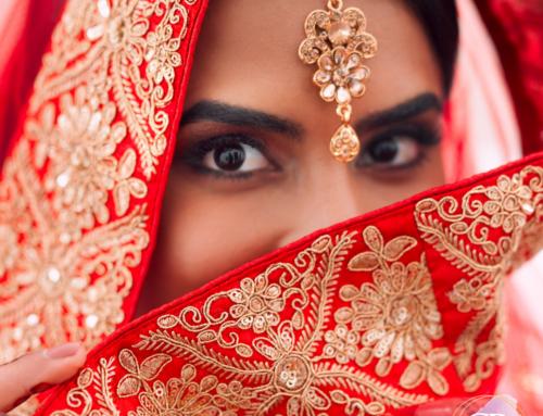 Tradizioni nel mondo: l'abito rosso della sposa indiana.